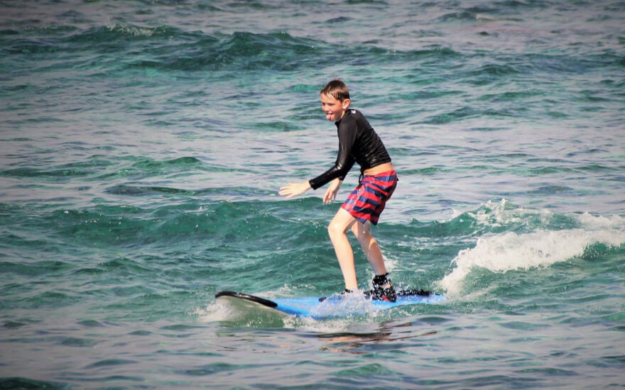 kona mika surfing